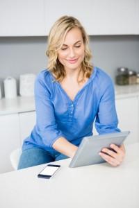 mujer-hermosa-que-usa-la-tableta-digital_1170-409